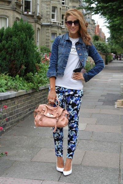 blå och svarta blommiga byxor med vit t-shirt och jeansjacka