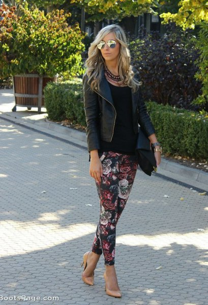 svart läderjacka med blommbyxor
