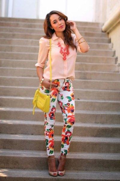 Ljusgul skjorta med knappar och rosa klackar med öppen tå