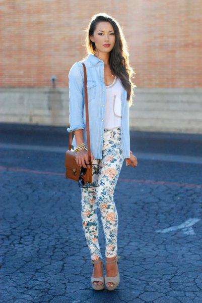 himmelblå chambray-skjorta med vita, smala dräneringsbyxor