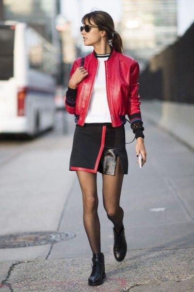 röd bomberjacka i läder med minikjol i svart omslag