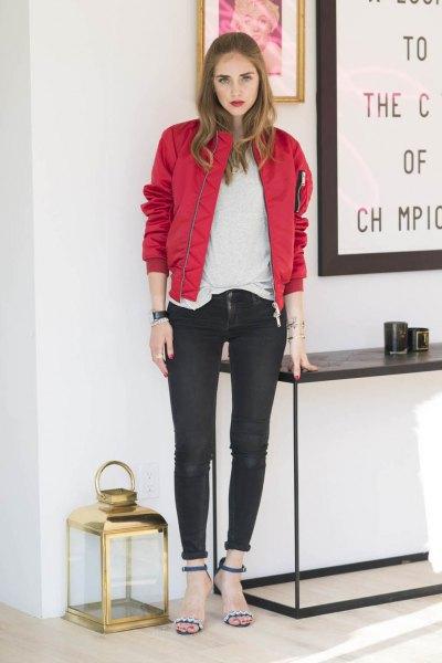 röd bomberjacka med vit T-shirt och svarta skinny jeans med manschetter