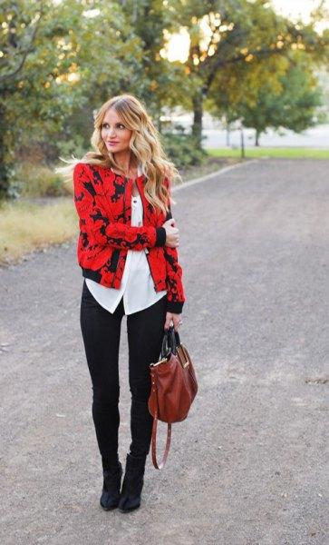 röd och svart tryckt jacka med vit blus med knappar