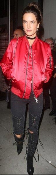 röd bomberjacka med svarta skinny jeans