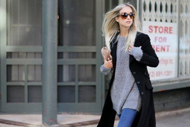 svart kappa med en grå, ribbad tröja klänning och blå skinny jeans