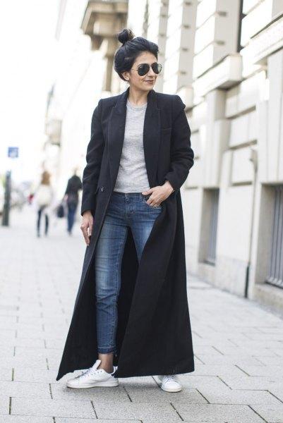 svart maxiullrock med grå tröja och ankeljeans
