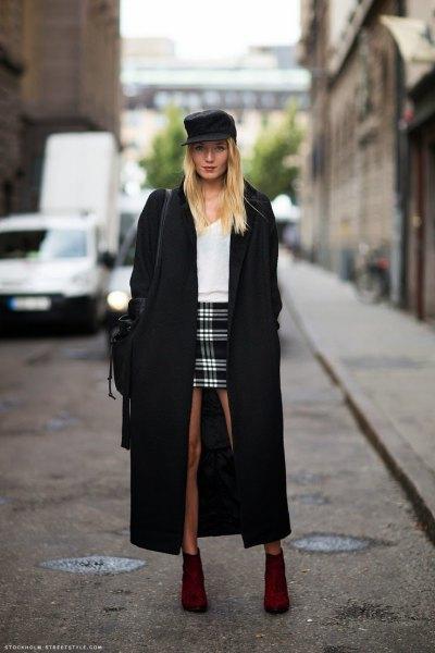 svart maxi-kappa med vit tröja och rutig minikjol