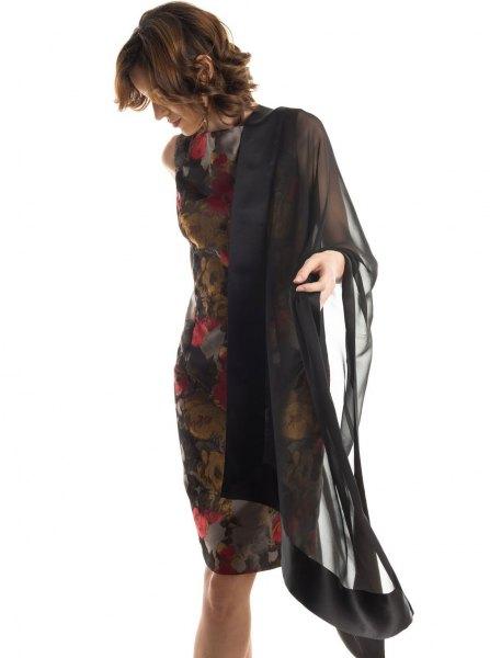 svart chiffongkappa med mörk, figurkramande midiklänning med blommönster