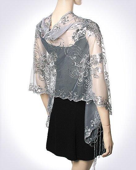 grå, halvtransparent, broderad halsduk i chiffong med en miniklänning i svart slida