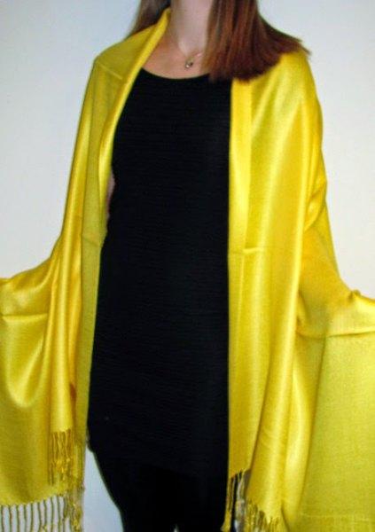 gyllene kvällshalsduk med svart linne och smala jeans