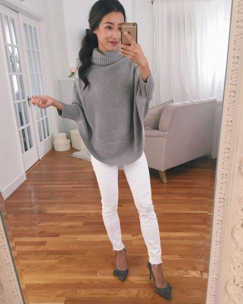 grå ribbstickad tröja med vita skinny jeans
