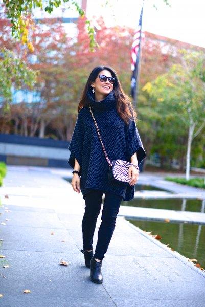 Marinblå ponchotröja med svarta skinny jeans