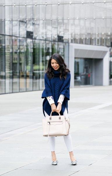 Marinblå kabelstickad ponchotröja med vita skinny jeans
