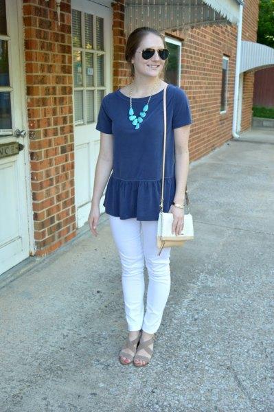 Mörkblå peplum kortärmad topp med vita jeans