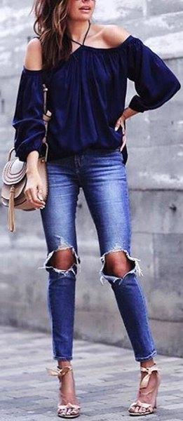 Off-the-shoulder navyblus med rippade skinny jeans