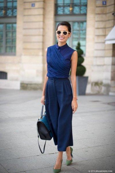 Mörkblå skjorta med ärmlös krage och matchande, beskurna byxor med vida ben
