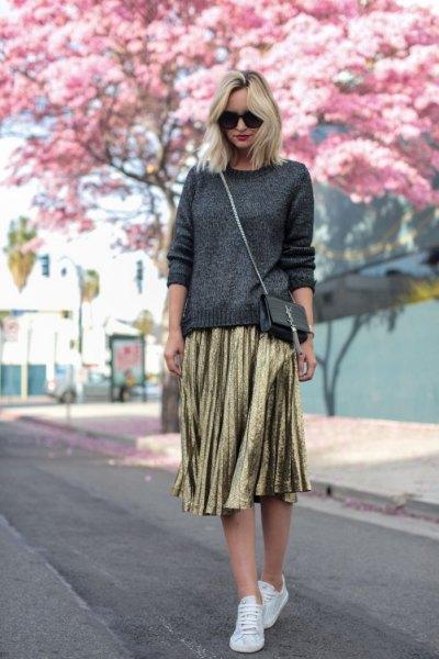 mörkgrå stickad tröja, guld veckad kjol