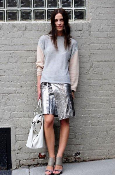 vit och blå långärmad tröja gjord av metallisk omslags kjol