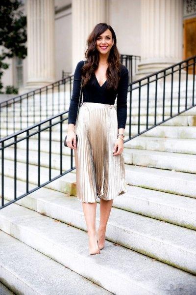 svart långärmad veckad kjol med djup V-ringning och rosa veck