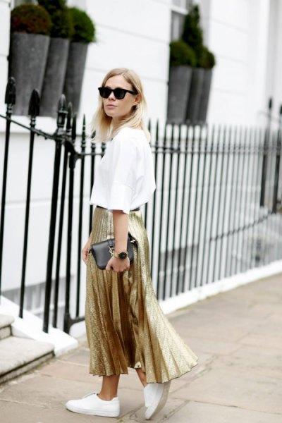 vit skjorta guld veckad maxikjol
