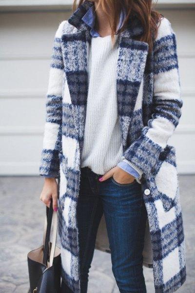 blå och vit rutig lång ullrock med ribbad tröja