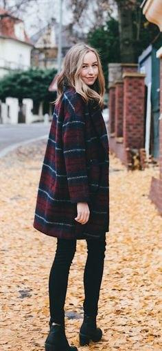 Mörkblå och röd rutig kappa med svarta skinny jeans och stövlar