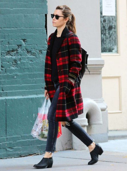 röd och svart midikontrollerad kappa med mörkblå skinny jeans