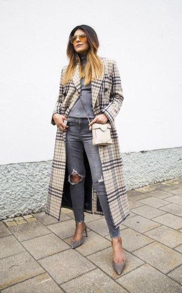 Blushing rosa och svart maxi rutig kappa med grå, sönderrivna knä jeans