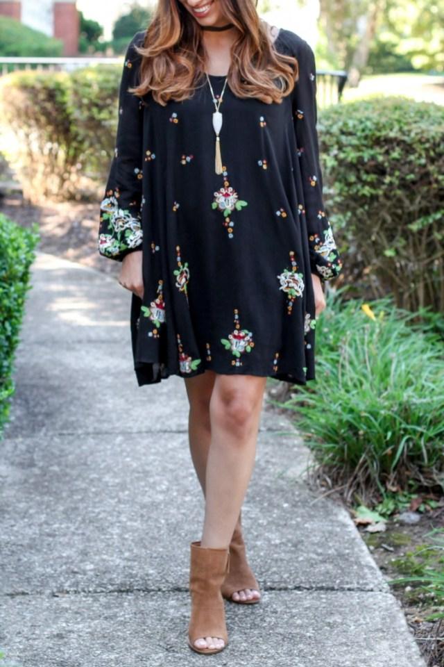 svart boho klänning med öppna tå stövlar