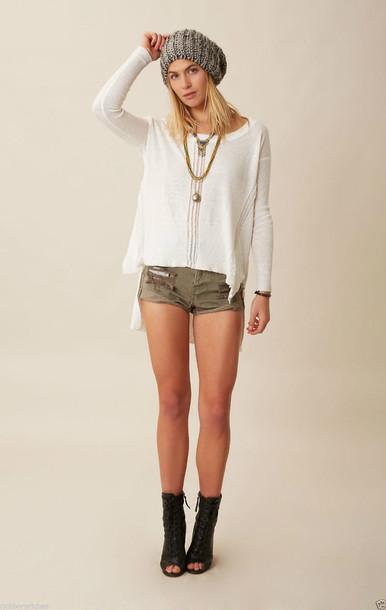 vit tröja khaki shorts öppen tå stövlar