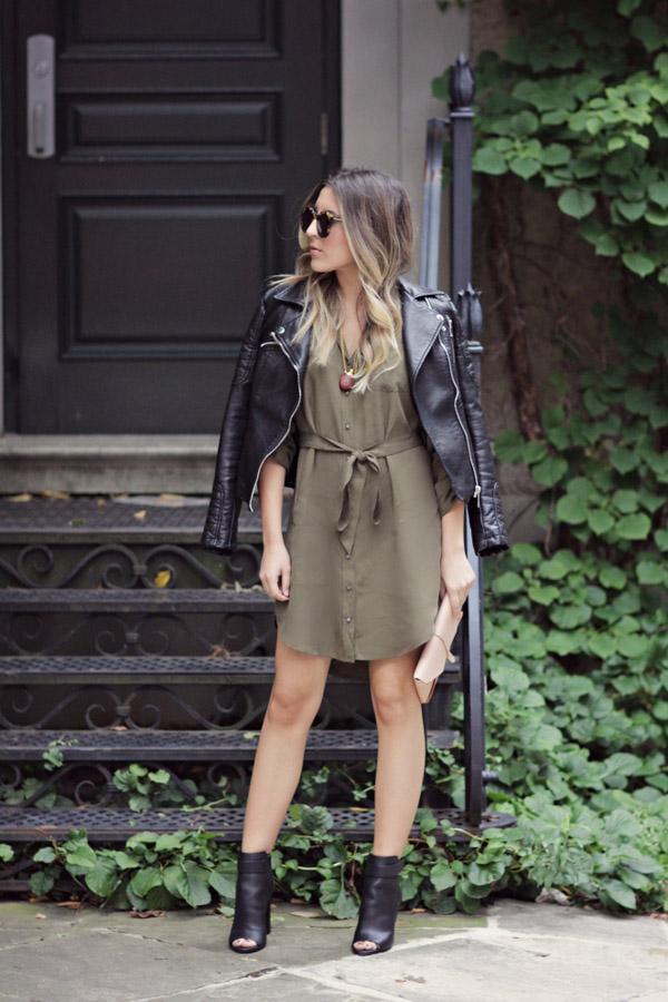 grön klänning svart läderjacka öppna tå stövlar