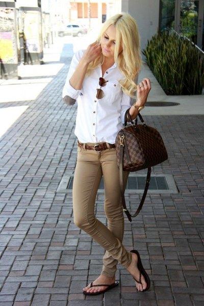 Smala beige byxor flip flops outfit