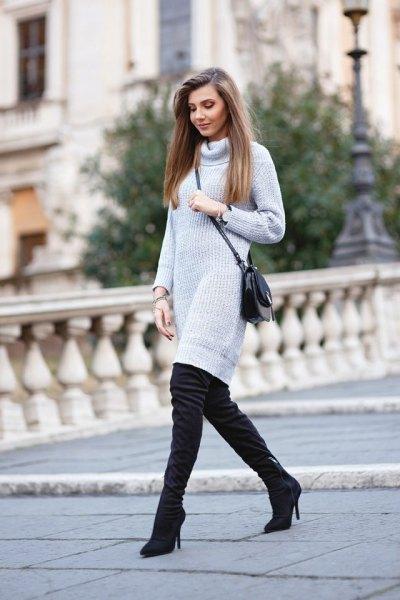 ljusgrå turtleneck klänning med turtleneck och svarta högklackade stövlar