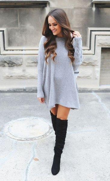 Ljusgrå, rakklädd minitröja klänning med över knä stövlar