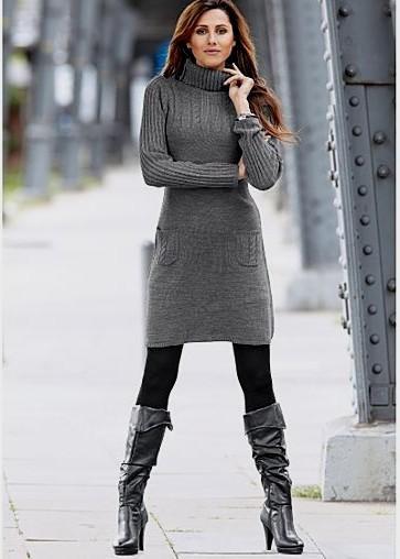 grå turtleneck-klänning med svarta knähöga läderstövlar