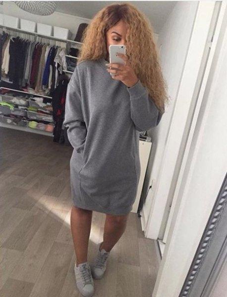 överdimensionerad tröja klänning med grå sneakers