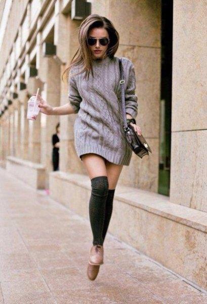 grå stickad tröja klänning med svarta strumpor