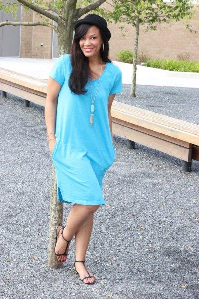 himmelsblå tunika klänning med halsband i boho stil