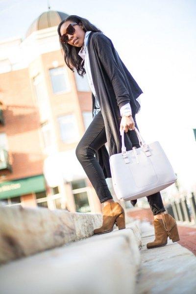 grå halsdukströja med ljusblå krage och svartbelagda skinny jeans