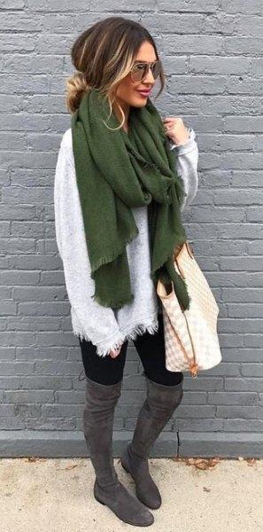 vit tröja med grön halsduk och grå överknee stövlar