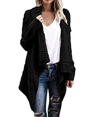svart kabelstickad halsdukströja med vit linne T-shirt med V-ringning och rippade jeans