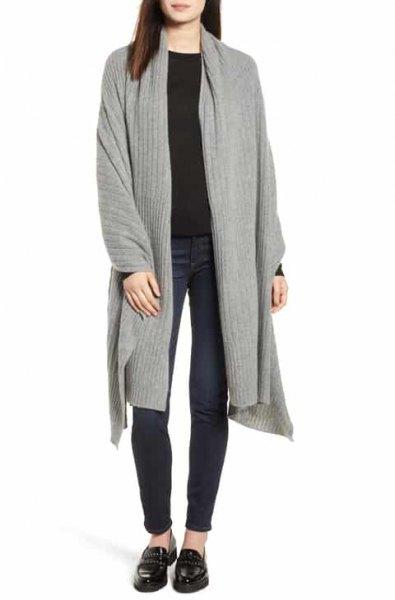 grå longline kofta med svart tröja och tofflor
