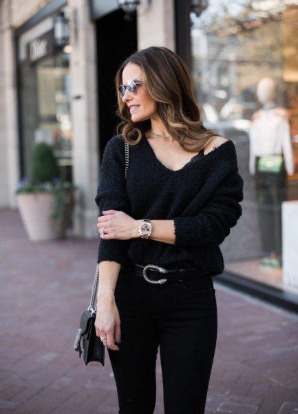 svart bralette med V-ringad tröja och smala jeans