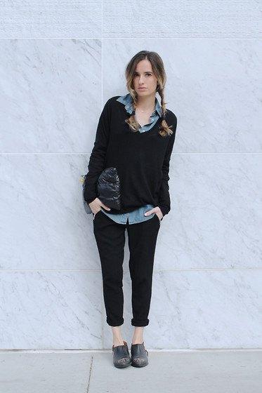 ljusblå chambrayskjorta med knappar och svart tröja