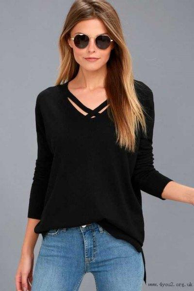 svart tröja med V-ringning och ljusblå skinny jeans