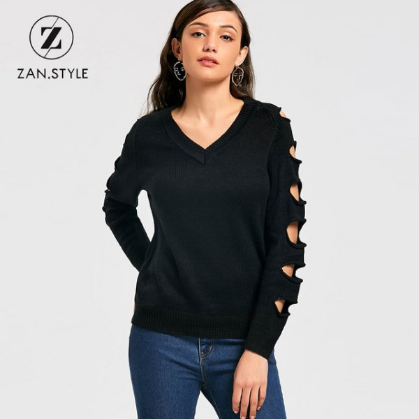 svart tröja med V-ringning och mörkblå skinny jeans