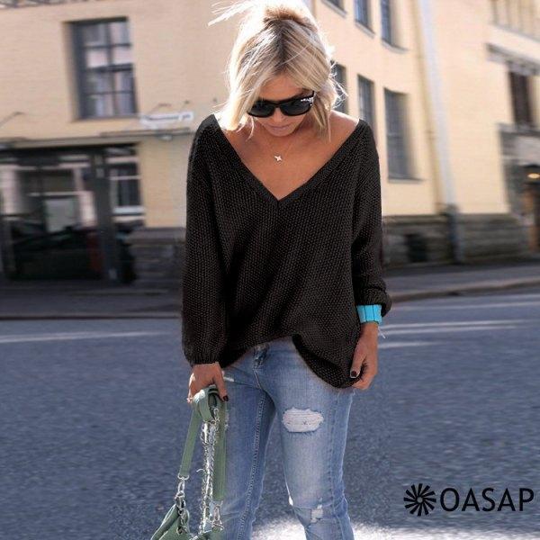 svart, tjock, stor tröja med V-ringning och ljusblå skinny jeans