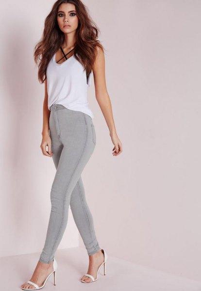 grå stretch skinny jeans, vit chiffong väst topp