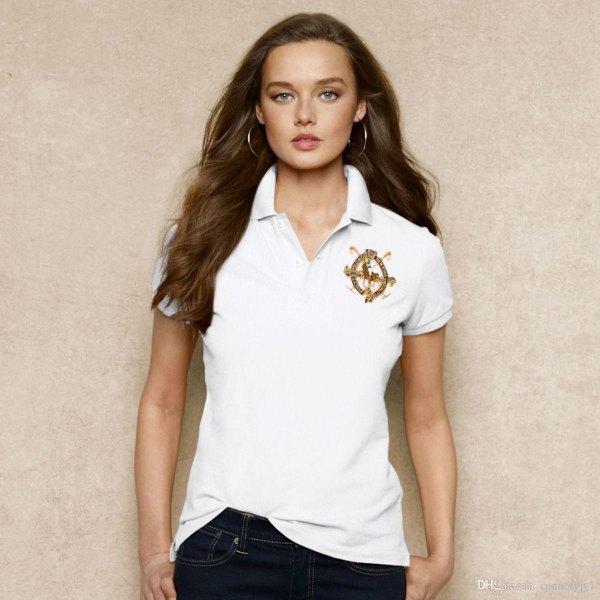 vit, broderad polotröja med smal passform och mörka skinny jeans
