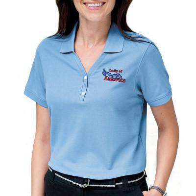 Ljusblå slim fit-polotröja med svarta byxor med en avslappnad passform
